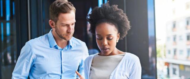 Na mesma profissão, homem branco chega a ganhar mais que o dobro que mulher  negra, diz estudo